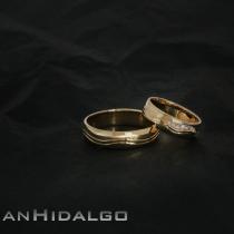 Alianza oro amarillo y diamantes